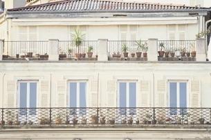 窓辺に植木鉢が並ぶ1軒の家 ニース フランスの写真素材 [FYI03172104]
