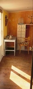 机の上に乗る猫とイスとたんす ニース フランスの写真素材 [FYI03172114]