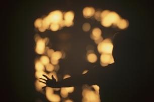 光と人の後姿のシルエットの写真素材 [FYI03172125]