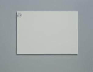 白い紙にピンの写真素材 [FYI03172157]
