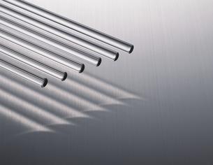ステンレスの上のガラス棒の写真素材 [FYI03172159]