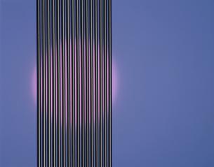 光の当たるスチール線(ピンク)の写真素材 [FYI03172163]