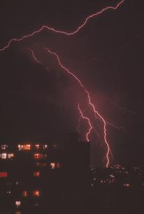都会の空の雷の稲光の写真素材 [FYI03172331]