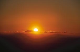 元旦の太陽に照らされ浮かぶ都心 奥武蔵より望むの写真素材 [FYI03172339]