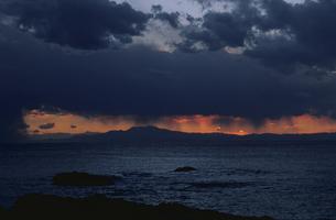 三浦の海と雲間の夕焼けの写真素材 [FYI03172351]