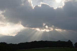 雲間から差す光の写真素材 [FYI03172360]