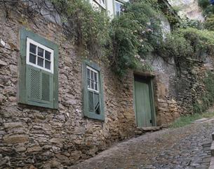 石畳と民家の窓 オウロップレット ブラジルの写真素材 [FYI03172419]
