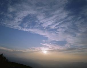 絹雲と日の出 六合村 群馬の写真素材 [FYI03172533]