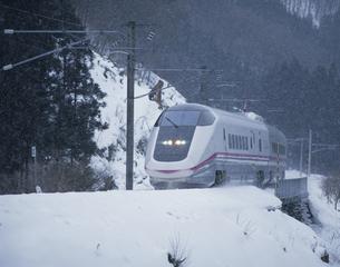雪の中を走る秋田新幹線こまち 秋田県の写真素材 [FYI03172656]