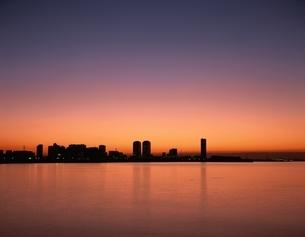 夜明けの幕張新都心      千葉県の写真素材 [FYI03172781]
