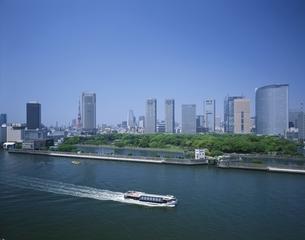 シオサイトと東京タワーと水上バス 中央区 東京都の写真素材 [FYI03172865]