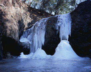 氷結した月待の滝の写真素材 [FYI03173040]