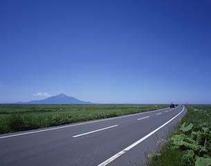 利尻富士と道路の写真素材 [FYI03173130]