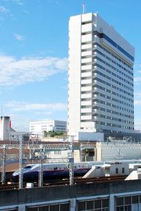 仙台駅周辺のビルと東北新幹線はやての写真素材 [FYI03173194]