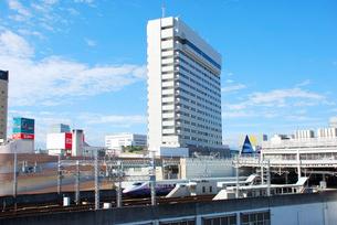 仙台駅周辺のビルと東北新幹線はやての写真素材 [FYI03173195]