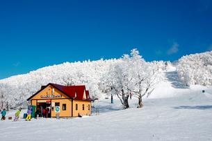 山形蔵王温泉スキー場のリフト乗り場の写真素材 [FYI03173230]