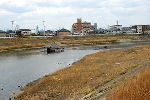川まで流されてきた倒壊家屋の写真素材 [FYI03173302]