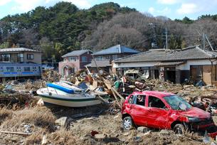 津波被害にあった車と家屋と流されてきたボートの写真素材 [FYI03173303]