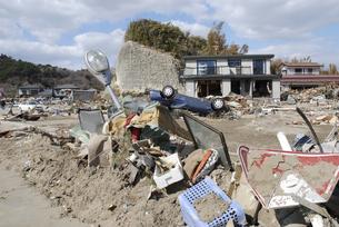 瓦礫に埋もれる折れた街灯と標識の写真素材 [FYI03173305]