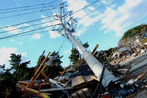 折れた電柱と瓦礫の写真素材 [FYI03173309]