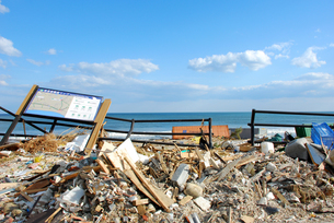 瓦礫に埋もれる避難所マップの写真素材 [FYI03173312]