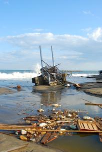 津波で防波堤が崩れた水門の写真素材 [FYI03173314]