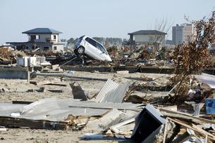 家屋跡に突っ込んだままになっている車の写真素材 [FYI03173315]