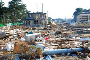 倒壊した家屋と瓦礫の写真素材 [FYI03173316]