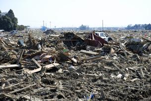 田畑に流れ込んだ泥と瓦礫の山の写真素材 [FYI03173319]