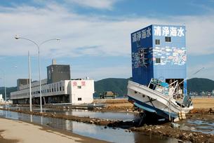 冠水したままの石巻漁港付近の写真素材 [FYI03173451]