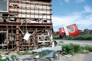 津波被害に遭った建物と缶詰工場のシンボルの写真素材 [FYI03173456]