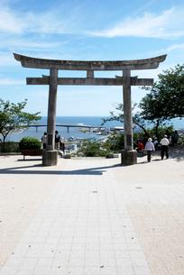 日和山神社の鳥居から見える震災から半年後の石巻の写真素材 [FYI03173459]