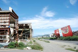津波被害に遭った建物と缶詰工場のシンボルの写真素材 [FYI03173461]