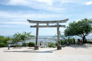 日和山神社の鳥居から見える震災から半年後の石巻の写真素材 [FYI03173467]
