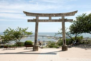 日和山神社の鳥居から見える震災から半年後の石巻の写真素材 [FYI03173471]