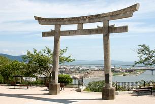 日和山神社の鳥居から見える震災から半年後の石巻の写真素材 [FYI03173475]