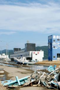 冠水したままの石巻漁港付近の写真素材 [FYI03173480]