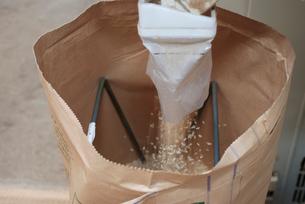 稲刈り工程 袋詰め作業の写真素材 [FYI03173549]
