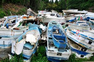 廃棄処分される小型船とボートの写真素材 [FYI03173686]