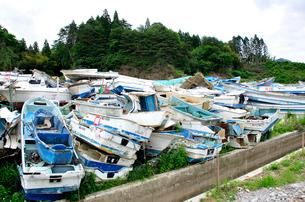 廃棄処分される小型船とボートの写真素材 [FYI03173699]