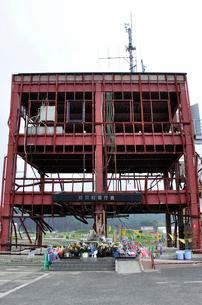 防災対策庁舎と設けられた祭壇の写真素材 [FYI03173712]