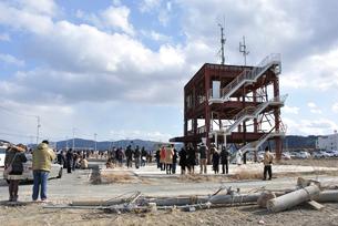 2013.3.11防災対策庁舎に集まる人々の写真素材 [FYI03173747]