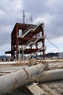 2013.3.11防災対策庁舎と壊れた電柱の写真素材 [FYI03173749]