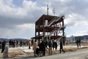 2013.3.11防災対策庁舎に集まる人々の写真素材 [FYI03173750]