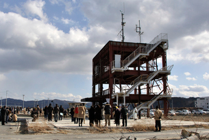 2013.3.11防災対策庁舎に集まる人々の写真素材 [FYI03173753]