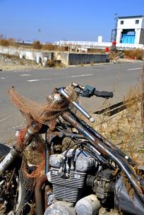 放置されたままのバイクの写真素材 [FYI03173771]