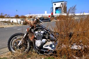 放置されたままのバイクの写真素材 [FYI03173773]