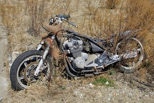 放置されたままのバイクの写真素材 [FYI03173775]