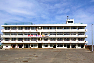 復興へのメッセージを掲げる荒浜小学校の写真素材 [FYI03173799]
