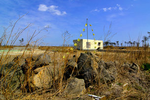 希望の黄色いハンカチと被災した建物の写真素材 [FYI03173806]
